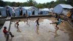 In einem Flüchtlingslager auf Haiti spielen Kinder Fussball (April 2012).