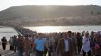 Tausende syrische Flüchtlinge überqueren am 15. August ein Brücke über den Tigris - und befinden sich damit in Irak.