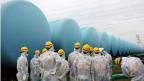 Mitglieder einer Regierungsbehörde inspizieren am 23. August Wassertanks im AKW Fukushima.