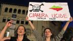 Auf dem Transparent der protestierenden Frauen in Bukarest steht: «Zyanid tötet, Armut nicht».