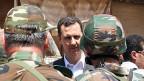 Präsident Bashar al-Assad im Gespräch mit Soldaten der syrischen Armee.