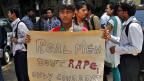 Eine indische Studentin vor dem Gerichtsgebäude in Neu Delhi.