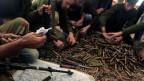 Rebellen der freien syrischen Armee putzen ihre Waffen.