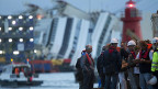 Arbeiter stehen auf der Insel Giglio zu ihrem Einsatz bereit: Die «Costa Concordia» soll aufgerichtet werden.