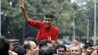 Ein Bangladeshi-Aktivist feiert das Urteil gegen den islamistischen Abdul Quader Mollah.