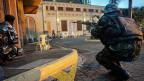Kenianische Streitkräfte vor der Westgate Shopping Mall, wo sich die islamistischen Milizen aus Somalia verschanzt haben.