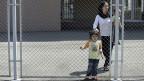 Wegen Platzmangels in den drei bulgarischen Flüchtlingszentren, werden viele Flüchtlinge aus Syrien in provisorischen Zentren untergebracht - wo sie monatelang hinter Gitter gesperrt werden - ohne Erlaubnis, den Ort zu verlassen. Bild: Lager in Ljubimez.