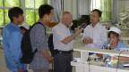 Korrespondent Urs Morf bei der Qualitätskontrolle bei Beijing Watch.