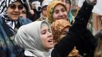 Türkische Frauen demonstrieren gegen das Kopftuchverbot in öffentlichen Institutionen.