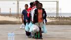 Eine Flüchtlingsgruppe auf Lampedusa - Italien erwartet von den nördlichen Nachbarn Hilfe und Solidarität.