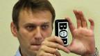 Der russische Oppositionspolitiker Alexej Nawalny fotografiert am 16. Oktober im Gerichtssaal von Kirow. Auf seinem Handy ist ein Bild Präsident Putins im Wort «Dieb» enthalten.