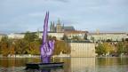 Mit dem «Stinkefinger» auf der Moldau, im Zentrum Prags, kommentiert der Künstler David Cerny die politische Situation in seinem Land.