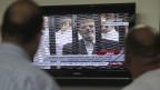 Ägypter verfolgen am Fernsehen den Prozess gegen den gestürzten ägyptischen Präsidenten Mohamed Mursi in Kairo am 4. November 2013