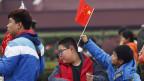 Junge Chinesen heissen die 200 Parteidelegierten in Peking willkommen