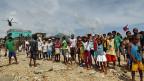 DorfbewohnerInnen warten auf Wasser und Nahrung, am 11. November in der Stadt Hernani im Osten der Philippinen.