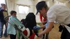 Kinder in einem syrischen Flüchtlingscamp werden gegen Kinderlähmung geimpft.
