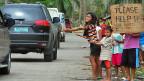 Auf der philippinischen Insel Cebu betteln Kinder bei Vorbeifahrenden um Essen.