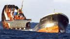 Die «Prestige» am 19. November 2002, entzwei gebrochen und am Sinken - vor der galizischen Küste im Nordwesten Spaniens.