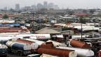 Die Bodenschätze sind für das westafrikanische Land Nigeria eher Fluch denn Segen. Tanklastwagen in Lagos, der grössten Stadt Nigerias.