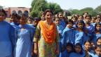 Vinod steht mitten in einer Schar von Schülerinnen in ihrem Geburtsort in Haryana: « meine Schwiegereltern versuchten nach dem Tod meines Mannes alles, um mich um mein Erbe und mein Land zu bringen».