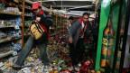 Bei Katastrophen kommt es oft zu Plünderungen. Symbolbild: Plünderer in einem Supermarkt in Concepcion, Chile, im 2010 nach einem Erdbeben.