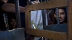 Im Gefängnis von Puerto Cortes hätten 40 Häftlinge Platz, doch es sitzen 162 ein. Die meisten Gefängnisse in Honduras sind chronisch überbelegt. Bild: Insassen mit einem Spiegel ausserhalb ihrer Zelle im Gefängnis San Pedro Sula, Honduras.