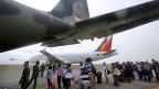 Überlebende der Wirbelsturm-Katastrophe warten darauf, mit einem Flugzeug auf  die Insel Cebu gebracht zu werden.