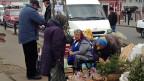 Strassenberkäuferinnen im Kiewer Aussenbezirk Darnitsa. Hier ist alles sehr viel ärmer als im Zentrum der Hauptstadt.