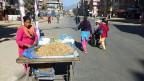 Eine Strasse in Kathmandu, der Hauptstadt Nepals.