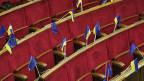 Ukrainische und EU-Flaggen im Ratssaal der ukrainischen Parlaments.