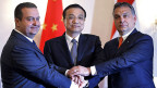 Der chinesische Premier Li Keqiang (Mitte) schüttelt die Hände seiner osteuropäischen Amtskollegen Ivica Dacic aus Serbien und Viktor Orban aus Ungarn.