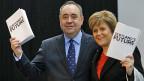 Alex Salmond, Erster Minister Schottlands, und seine Stellvertreterin Nicola Sturgeon mit ihrem «Weissbuch» in Glasgow.