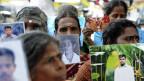 Srilankische Tamilen mit Fotos verschwundener Familienangehöriger, Mittw November in Jaffna.