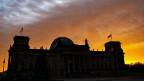 Morgendämmerung über dem Berliner Reichstag. Nach einer Nachsitzung steht die Koalition CDU/CSU-SPD in groben Zügen.