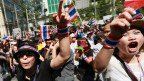 Anti-Regierungs-Demonstranten rufen Parolen in Bangkok, Thailand, am  29. November 2013. Es scheint, dass die Regierungsgegner von der Armee nichts zu befürchten haben.