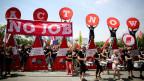 Jugendliche aus europäischen Ländern demonstrieren gegen die Jugendarbeitslosigkeit in Europa in Berlin am 3. Juli 2013. Die Arbeitslosigkeit unter Jugendlichen ist besonders hoch; jetzt ist sie langsam am Sinken.