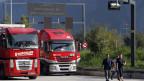 Nach wie vor fahren fast doppelt so viele Lastwagen durch die Schweizer Alpen, als von der Alpeninitiative eigentlich erlaubt. Bild: LKW im LKW-Warteraum in Erstfeld.