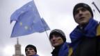 Demonstranten in ukrainischen Fahnen gehüllt bei einer Demonstration zur Unterstützung der EU-Integration auf dem Platz der Unabhängigkeit in Kiew am 29. November 2013.