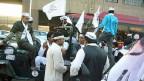 Seine Partei Aam Aadmi werde die Probleme der gewöhnlichen Leute lösen. Das verspricht Arvind Kejriwal, der Parteiführer, von einem offenen Jeep.
