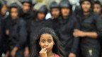Eine Aktivistin begegnet einer Sondereinheit der Polizei während einer Demonstration gegen die neue Verfassung in Kairo.