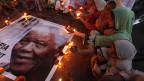 Kinder zünden Kerzen an zum Gedenken an den südafrikanischen Präsidenten Nelson Mandela. Mandela starb friedlich zu Hause im Alter von 95 Jahren.