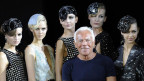 Der Modedesigner Giorgio Armani  umringt von den Models an den «Milan Fashion Weeks», in Milano am 23. September 2012.