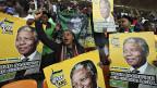 Abschied von Tata Madiba, dem Vater des Landes. SüdafrikanerInnen aus dem ganzen Land im Fussballstadion von Johannesburg.