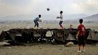 Den Preis für die Kriege zahlt immer die Zivilbevölkerung. Kinder in Afghanistan spielen auf einer alten russischen Panzerruine.