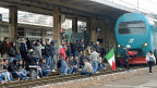 Eine Aktion des Movimento Forconi: Am 9. Dezember blockiert eine Gruppe der Mistgabel-Bewegung einen Zug in Genua.