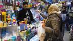 Unter den hohen Preisen für fast alle Produkte ächzen die Menschen jeden Alters im Iran.