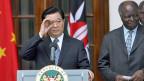 Bereits 2006 war Chinas Präsident Hu Jintao auf Staatsbesuch in Kenia. Das wachsende Interesse Chinas am afrikanischen Kontinent schmeichelt vielen afrikanischen Machthabern.