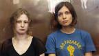 Die Pussy Riot-Mitglieder  Maria Aljochina und Nadeschda Tolokonnikowa auf einem Bild vom August 2012. Sie sind aus der Lagerhaft entlassen worden.
