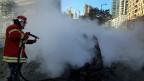 Die Feuerwehr im Einsatz nach dem Autobombenattentat in Beirut.