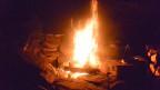 Lagerfeuerstimmung in der arktischen Nacht.